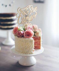 Inspiração - Topo de bolo 2Wed personalizado com o sobrenome dos noivos, acabamento em dourado. Peça um orçamento para 2wed@2wed.com.br