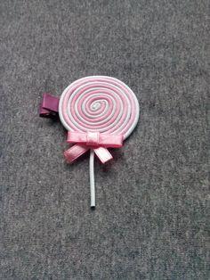 Spinka różowy lizak ozdobiona kokardką. Wym. 5×8,5cm, klips: krokodyl 4,5cm.
