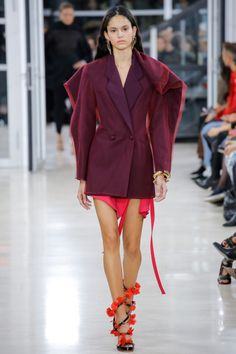 Y/Project Spring 2018 Ready-to-Wear Collection Photos - Vogue fashion ready to wear Y/Project Spring 2018 Ready-to-Wear Fashion Show Style Haute Couture, Couture Fashion, New Fashion, Runway Fashion, Spring Fashion, High Fashion, Womens Fashion, Fashion Trends, Classic Fashion