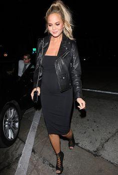 chrissy teigen vestido preto grávida jaqueta