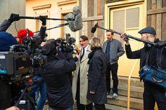 """De ster Hitler wordt snel opgemerkt door de media. Hij wordt verscheidene keren geïnterviewd op tv want hij neemt zijn zo gezegde """"acteerwerk"""" wel heel serieus met zelfs vegetarisch te zijn. Er wordt zeer veel positieve reacties gegeven alhoewel er ook tegenstanders zijn."""
