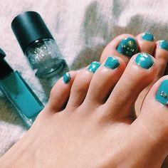 . Self nail ♡♡♡ . #selfnail #セルフネイル #フットネイル #footnail  #ネイル #nail #雑 #セルフ感満載 #絶対親指の石とれるやつ 😂 #雑ネイル