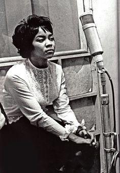 Mavis Staples recording on a Neumann tube mic Soul Singers, Female Singers, Jazz, Music Icon, Soul Music, Mavis Staples, Soul Funk, Pop Rock, Rhythm And Blues
