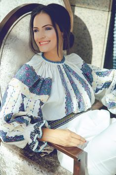 Folk Costume, Costumes, Fashion Design Portfolio, Cross Stitch Patterns, Blouses For Women, Sari, Embroidery, Model, Romania