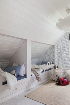 tapet barnerom, plassbygget seng, innebygget seng skråtak, Attic Bedroom Small, Attic Bedrooms, Kids Bedroom, Bunk Beds Built In, Tiny House Loft, Loft Spaces, New Room, Toddler Bed, Interior Design