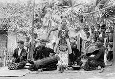 Een gandrung banyuwangi danseres met muzikanten 1910--1930