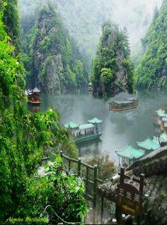 Lago Baofeng en Zhangjiajie China / Viaje A China le puede ayudar a personalizar un viaje para visitar el lago Baofeng y otros puntos de interés en Zhangjiajie
