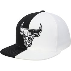 bfa8d128466 Men s Chicago Bulls Mitchell   Ness Black White Split Snapback Hat