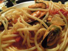 Esparguete com mexilhão http://grafe-e-faca.com/pt/receitas/massas-arrozes-pizzas/massas/esparguete-negro-e-branco-com-mexilhao/