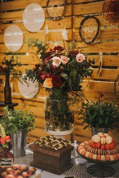 Inspire Blog – Casamentos Casamento no Play de Renata e Bruno - Inspire Blog - Casamentos Wedding Decorations, Table Decorations, Boho Decor, Table Settings, Marriage, Blog, Wallpaper, Burgundy, Flowers