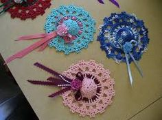 Lacy Crochet Hat Decorations or maybe a brooch? Crochet Books, Thread Crochet, Crochet Motif, Diy Crochet, Crochet Doilies, Crochet Flowers, Crochet Patterns, Crochet Hats, Granny Square Stocking