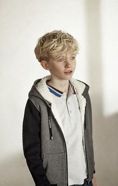 For boys, striped-collar polo shirt, slim jeans and a hoodie: the autumn/winter collection moves over to the west coast of the usa! Beautiful Children, Beautiful Boys, Beautiful People, Young Cute Boys, Look Girl, Boy Models, Kid Character, Boy Hairstyles, Slim Jeans