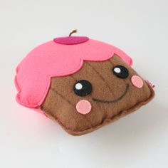 Wie houdt er niet van cupcakes? Deze super schattige cupcake plush van vilt vrolijkt je huis helemaal op. Zet hem in je vensterbank, op de kast of je