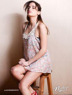 Fresca blusa floreada en gasa, sin mangas con detalle escote tejido en macramé.