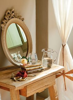 Muy delicado  La mesilla de noche se ha adquirido en Antic Bisbal y el espejo redondo es de Deco & Co.