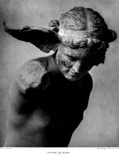 Nella mitologia greca, Hypnos era il dio del sonno, conosciuto nei Romani sotto il nome di Somnus. Figlio di Nyx, la notte, era anche, secondo l'Iliade, il fratello gemello di Tànato o Thanatos, dio che personificava la morte. Secondo Esiodo, viveva...