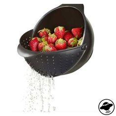 dieses 2 in 1 gadget gehört in jede küche. es ist zum einen schüssel und wird durch ein aufschiebbares seitenteil zum sieb. damit kann beispielsweise beim waschen von erdbeeren oder anderem obst und gemüse das wasser abgeschöpft werden.