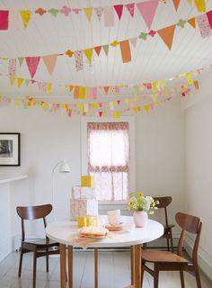 Decora el techo del espacio con banderines originales / Decorate the ceiling with original pennants