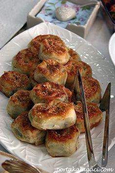 Ispanakli borek (Turkish pastries w spinach)  http://www.portakalagaci.com/oburcuk/2012/01/elife-veda-daveti.html