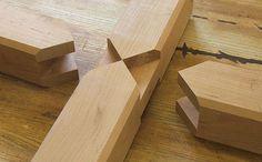 Pièces découpées de façon à ce qu'elles s'assemblent en une croix (avec un système d'encoche).