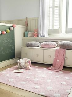 Children's carpet – Colored and funny interior complement in the nursery Kinderteppich rosa weiße Punkte Pastellfarben