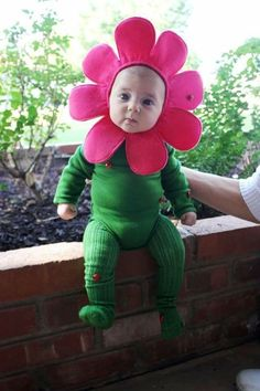 It's never too early to start planning your baby's Halloween costume. We've rounded up the cutest store-bought and DIY Halloween costume ideas for babies and toddlers. Primer Halloween, Halloween Mono, Easy Halloween, Halloween Pictures, Halloween Crafts, Homemade Halloween, Funny Babies, Cute Babies, Babies Stuff