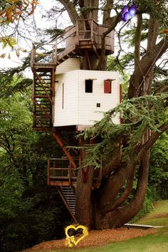 tr33h0use Definitely want a treehouse with a crow's nest at the top for me to spy out into the woods from.<br>
