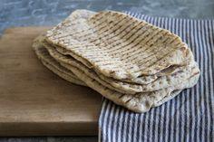 Nybakade tunnbröd är magiskt. Det bästa är att du kan göra det enkelt själv hemma och du gör själva gräddningen i en grillpanna. Bread Recipes, Baking Recipes, Bread N Butter, Bread Baking, Bakery, Food And Drink, Tasty, Favorite Recipes, Dessert