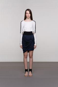 SUKNJA OD MIKROMODALA Zahvaljujući ugodnom i elastičnom mikromodalu ova suknja je odlična i za užurbani ritam i za izlazak. Efektna crna guma naglašava siluetu, a nekoliko slojeva nabranog mikromodala ostavlja izrazito ženstven dojam. Suknja je univerzalne veličine i dostupna je u tamnoplavoj boji.