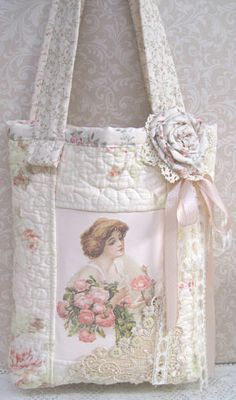 put old sewing patterns on it Shabby Chic Stil, Shabby Chic Crafts, Fabric Handbags, Fabric Bags, Handmade Purses, Handmade Handbags, Shabby Vintage, Vintage Bags, Lace Purse