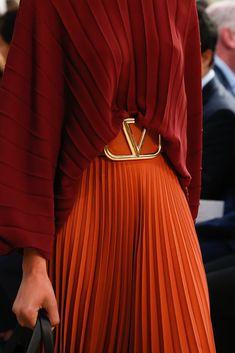 Valentino Spring 2019 Ready-to-Wear Fashion Show www.farben- Valentino Spring 2019 Ready-to-Wear Collection - Vogue Fashion Details, Look Fashion, Trendy Fashion, Runway Fashion, High Fashion, Fashion Trends, Cheap Fashion, Affordable Fashion, Ladies Fashion