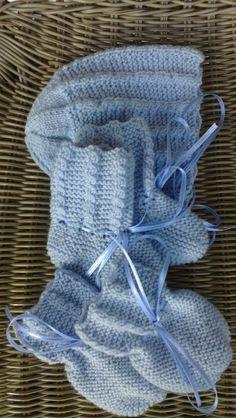 Lys blå lue, votter og strømper til baby.