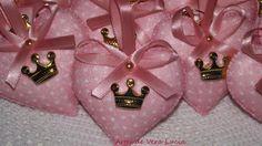 Chaveiro Coração em feltro decorado com coroa, fita de cetim e meia pérola.