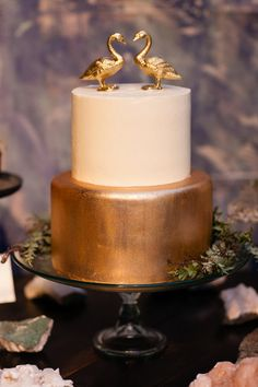 Pin for Later: 13 Ideas That Will Get You Inspired For Your Fall Wedding Gold Cake
