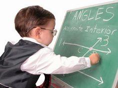Маленький мальчик пишет на доске