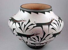 Zuni Pot with Deer on a Walk design by Anderson Peynetsa Glass Ceramic, Ceramic Pottery, Pottery Art, Ceramic Art, Native American Design, Native American Pottery, Pueblo Native Americans, Pueblo Indians, Southwest Pottery