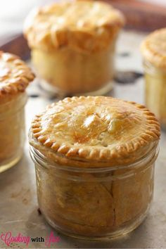 Chicken Pot Pie (in Mason Jars!) Chicken Pot Pie in Mason Jars Recipe - 15 Healthy Mason Jar Meals That Aren't Salads Mason Jar Desserts, Mason Jar Meals, Meals In A Jar, Mason Jar Pies, Mason Jar Food, Mason Jar Recipes, Mason Jar Lunch, Mini Mason Jars, Individual Chicken Pot Pies