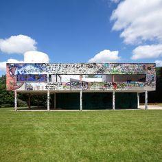 """Imagens do artista Xavier Delory mostram a Villa Sovoye de Le Corbusier em terrível estado de deterioração. As imagens manipuladas no photoshop. Neste artigo, publicado na Metropolis Magazine como """"Modernism in Ruins: Artist """"Vandalizes"""" a Le Corbusier Masterpiece"""", AJ Artemel explora como nossa comoção e espanto causados por estas imagens expõe uma hipocrisia subjacente na nossa reverência pelas famosas obras modernistas."""