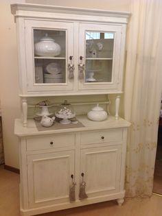 Classica vetrina rivisitata in stile provenzale. Laccatura tinta neve
