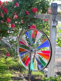 Marie Tucey Wirth - Bicycle wheel with stained glass garden art. A new idea for my Mom's stained glass projects. Stained Glass Projects, Stained Glass Patterns, Stained Glass Art, Mosaic Glass, Old Bicycle, Bicycle Wheel, Bicycle Art, Bicycle Crafts, Ideas Estanque
