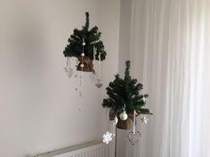 In plaats van kleine kerstbomen ergens neerzetten kun je ze ook gewoon ophangen aan het plafond