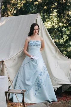 """Rory Gilmore set new trends with her cozy, conservative style. From formal ballgowns to cozy winter jackets, here are some of Rory Gilmore's best looks on """"Gilmore Girls. Estilo Rory Gilmore, Rory Gilmore Style, Lorelai Gilmore, Gilmore Girls Fashion, Gilmore Girls Quotes, Gilmore Girls Set, Fashion Tv, Girl Fashion, Fashion Outfits"""
