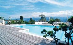 Totalement intégrée dans ce décor surréaliste et contemporain, la piscine rappelle à son propriétaire les flots bleus de son Italie natale...