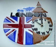 Часы `Лондон` из стекла. Фьюзинг.. Часики выполнены из качественного американского стекла Spectrum.   Часы были сделаны под заказ для любимого учителя английского языка!  Возможно изготовления часов на тему Парижа с Эйфелевой башней!