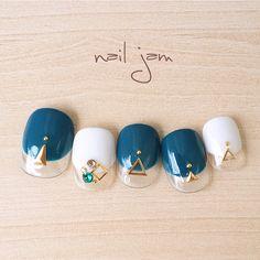 たくさんの♡お気に入り ありがとうございます(o^^o)深いグリーンと藍色をmixしたnail jamオリジナルカラー♡シックで可愛らしいく、ゴールドのスタッズを添えて、、、(o˘◡˘o)カジュアルなお出かけからフォーマルパーティーなど様々なシーンでお楽... Gel Toes, Feet Nails, Luxury Nails, Elegant Nails, Toe Nail Art, Love Nails, Nails Inspiration, Beauty Nails, Nail Art Designs