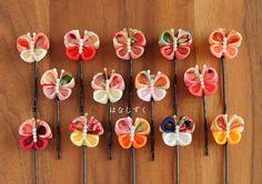 ◆ご注文の際には必ずご希望の番号をお知らせ下さい◆ご覧いただきありがとうございます。小さな布を1枚1枚折りたたんで貼り付けていく伝統工芸のつまみ細工です。古典柄・無地の一越ちりめんを使用して蝶々のヘアピンをつくりました。(安全な玉つきヘアピンを使用)<サイズ>一つ一つ大きさと形が微妙に違います。※つまみ細工はとても繊細ですので無理に引っ張ったり過度な圧迫により型崩れする場合がございます。また... Diy Ribbon Flowers, Cloth Flowers, Kanzashi Flowers, Ribbon Art, Ribbon Crafts, Ribbon Bows, Felt Crafts, Fabric Flowers, Diy And Crafts