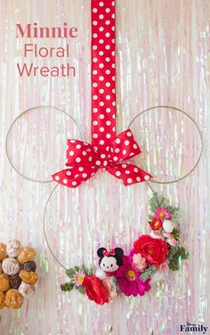 This DIY Minnie Floral Wreath Is Perfect for Spring - Rahmen Kranz mit jute - Disney Disney Diy, Disney Crafts, Mickey Mouse Wreath, Minnie Mouse Party, Crafts For Teens To Make, Diy And Crafts, Easy Crafts, Cork Crafts, Mickey Mouse Birthday