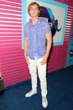 Logan Paul was colorful in his button-down short-sleeve and white jeans at the Teen Choice awards. Logan Paul, Big Night, Teen Choice Awards, Hollywood Life, Looking Gorgeous, Button Downs, White Jeans, Nice Dresses, Men Casual