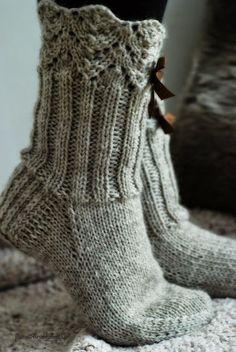Wool socks – Lace + ribbing ~~ Villasukat matkalaukussa: Rusetein koristetut… Wool socks – Lace + ribbing ~~ Wool socks in the suitcase: Lace waistcoats with rhinestones. Diy Crochet And Knitting, Crochet Socks, Knitted Slippers, Slipper Socks, Knitting Socks, Free Knitting, Knitting Patterns, Beginner Knitting, Knit Socks