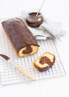 Vandaag deel ik het recept van deze superlekkere marmercake met chocolade ganache. Oh my, dat klinkt goed toch? Klik verder voor het recept.